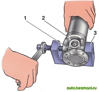 Выпрессовка корпуса подшипников из вилки карданного шарнира