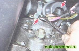 Отворачивание гайки крепления проводов к выводу генератора ВАЗ