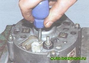 Отворачивание винта крепления щёточного узла генератора Г-221