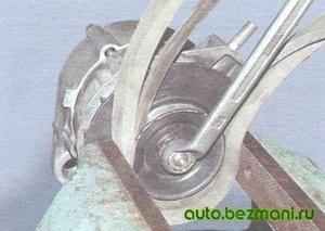 Отворачивание гайки крепления шкива на ганераторе ВАЗ
