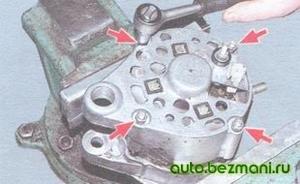 Отворачивание гаек крепления крышки генератора ВАЗ