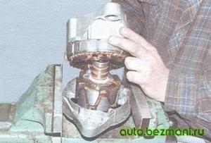 Снятие задней крышки генератора вместе со статором