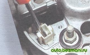 Вынимание наконечника провода из крышки генератора ВАЗ