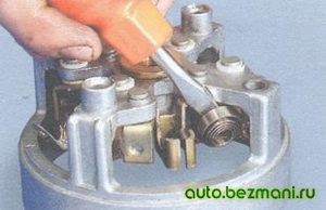 Снятие щёток стартера и пружин