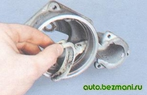 Вынимание из передней крышки рычага привода стартера