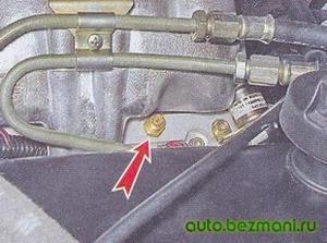 Отворачивание защитного колпачка штуцера на топливной рампе
