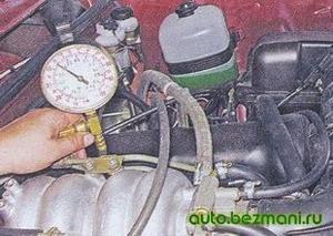 Отключение вакуумного шланга от регулятора давления