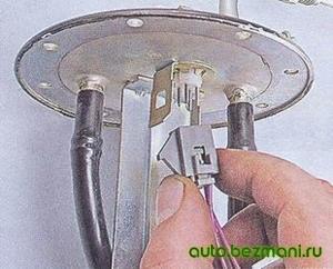 Отсоединение колодки указателя уровня топлива