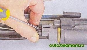Отсоединение колодки электробензонасоса