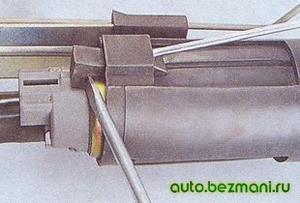 Извлечение бензонасоса из паза в держателе