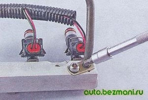 Снятие трубки подвода топлива к топливной рампе ВАЗ-2104, ВАЗ 2105, ВАЗ 2107