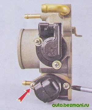Отворачивание винтов крепления регулятора холостого хода от корпуса дроссельной заслонки