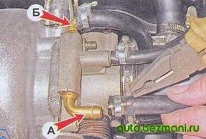 Снятие шлангов охлаждающей жидкости с корпуса дроссельной заслонки