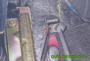 Снятие наконечника троса газа с педали