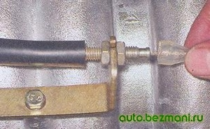 Снятие защитного колпачка троса газа