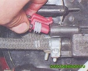 Отсоединение колодки жгута проводов от клапана продувки адсорбера