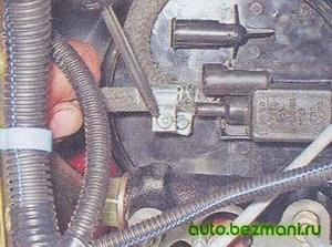 Снятие шланга клапана продувки адсорбера ВАЗ-2104, ВАЗ 2105, ВАЗ 2107