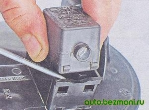 Снятие клапана продувки с адсорбера ВАЗ-2104, ВАЗ 2105, ВАЗ 2107