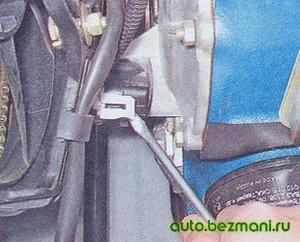 Отсоединение колодки проводов от ДПКВ ВАЗ-2104, ВАЗ-2105, ВАЗ-2107