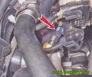 Отсоединение колодки от датчика температуры охлаждающей жидкости