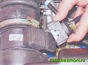 Отсоединение колодки жгута проводов от ДМРВ