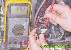 Измерение напряжения на выводе 4 колодки жгута проводов