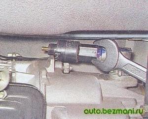 Снятие датчика скорости с привода спидометра ВАЗ-2104, ВАЗ-2105, ВАЗ-2107