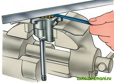 проверка зазора между торцами шестерён и корпусом у масляного насоса