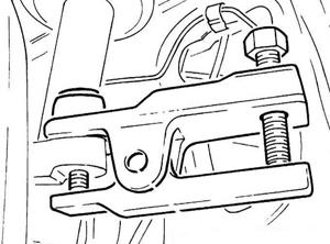 вариант использования съёмника при снятии рулевого наконечника