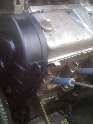 Лючок ГРМ с крышкой на двигателе ВАЗ-2111