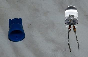 Разобранный светодиод с впаянным токоограничивающим резистором и диодом от переполюсовки