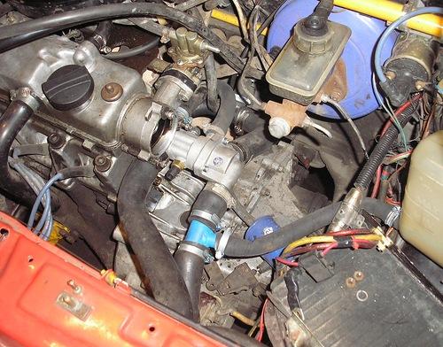 Установленный в моторном отсеке ВАЗ-2109 термостат 21082
