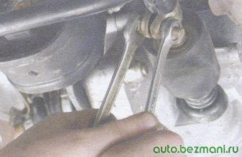 гайка стяжного болта хомута тяги управления коробки передач