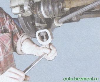 выпрессовка пальца шарового шарнира из рычага передней подвески