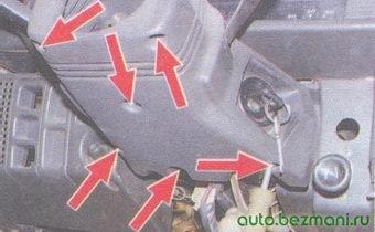 винты крепления нижнего кожуха рулевой колонки