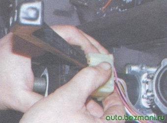 разъем с проводами переключателя стеклоочистителей и омывателя ветрового стекла