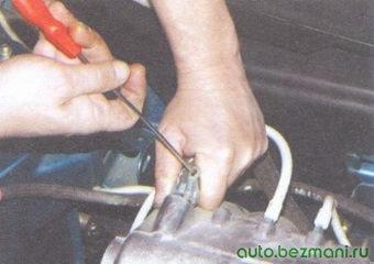 проверка герметичности соединения вакуумного шланга со штуцером на впускной трубе
