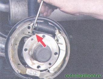 стяжная пружина задних тормозных колодок