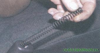 пружина собачки рычага стояночного тормоза