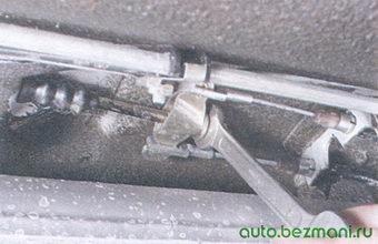 регулировочная гайка уравнителя троса ручного тормоза