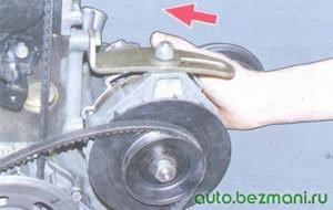 поверните генератор к блоку двигателя
