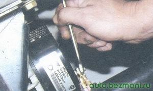 гайка провода контактного болта генератора (вывод «В+»)