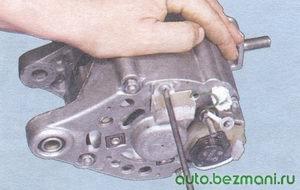 винт крепления конденсатора к генератору