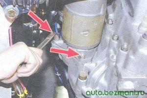гайки крепления стартера снизу моторного отсека