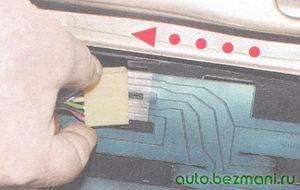 разъем с проводами платы заднего фонаря