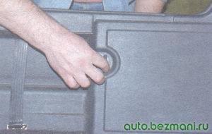 держатель крышки заднего фонаря ваз 21099