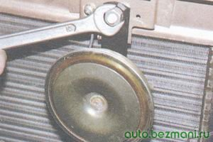 гайка крепления кронштейна звукового сигнала к кузову автомобиля