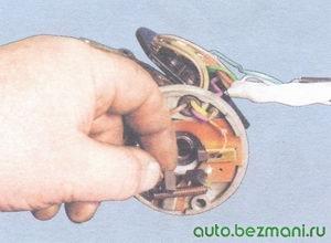 проверка перемещения щеток электродвигателя стеклоочистителя в щеткодержателе
