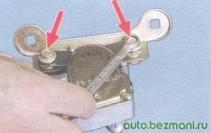 болты крепления кронштейна к крышке редуктора стеклоочистителя