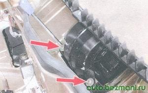 винты крепления вентилятора отопителя салона